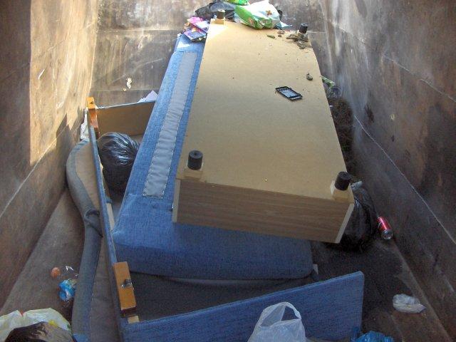 Kažkoks durnelis išmetė visą lovą, šiukšliavežei bus sunku išversti, gali net trosas trūkti